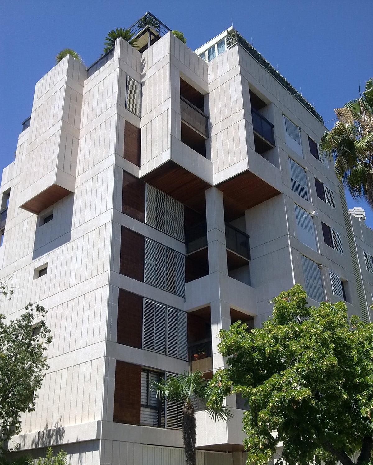 Fachadas de piedra artificial fachada enmarcada por resaltes verticales laterales zcalo de - Piedra artificial para fachadas ...