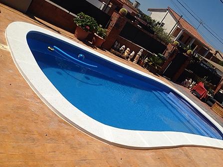 Corona de piscina en piedra artificial en Barcelona