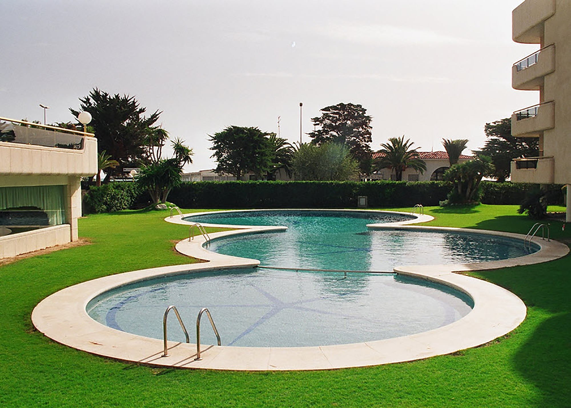 Remete de piscina en piedra artificial con formas circulares
