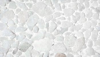 Piedra artificial acabado blanco raspado