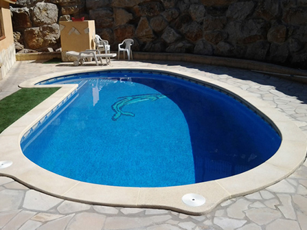 Remate de piscina aplantillada en piedra artificial
