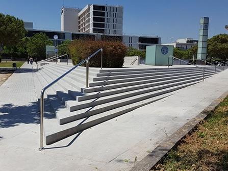 Rehabilitación en piedra artificial de peldaños para escalinata en espacio público